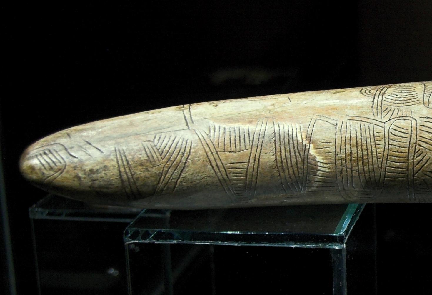 Εικόνα του πρώτου ευρήματος με χάρτη «Engraving on a mammoth tusk, map, Gravettian», Wikipedia commons
