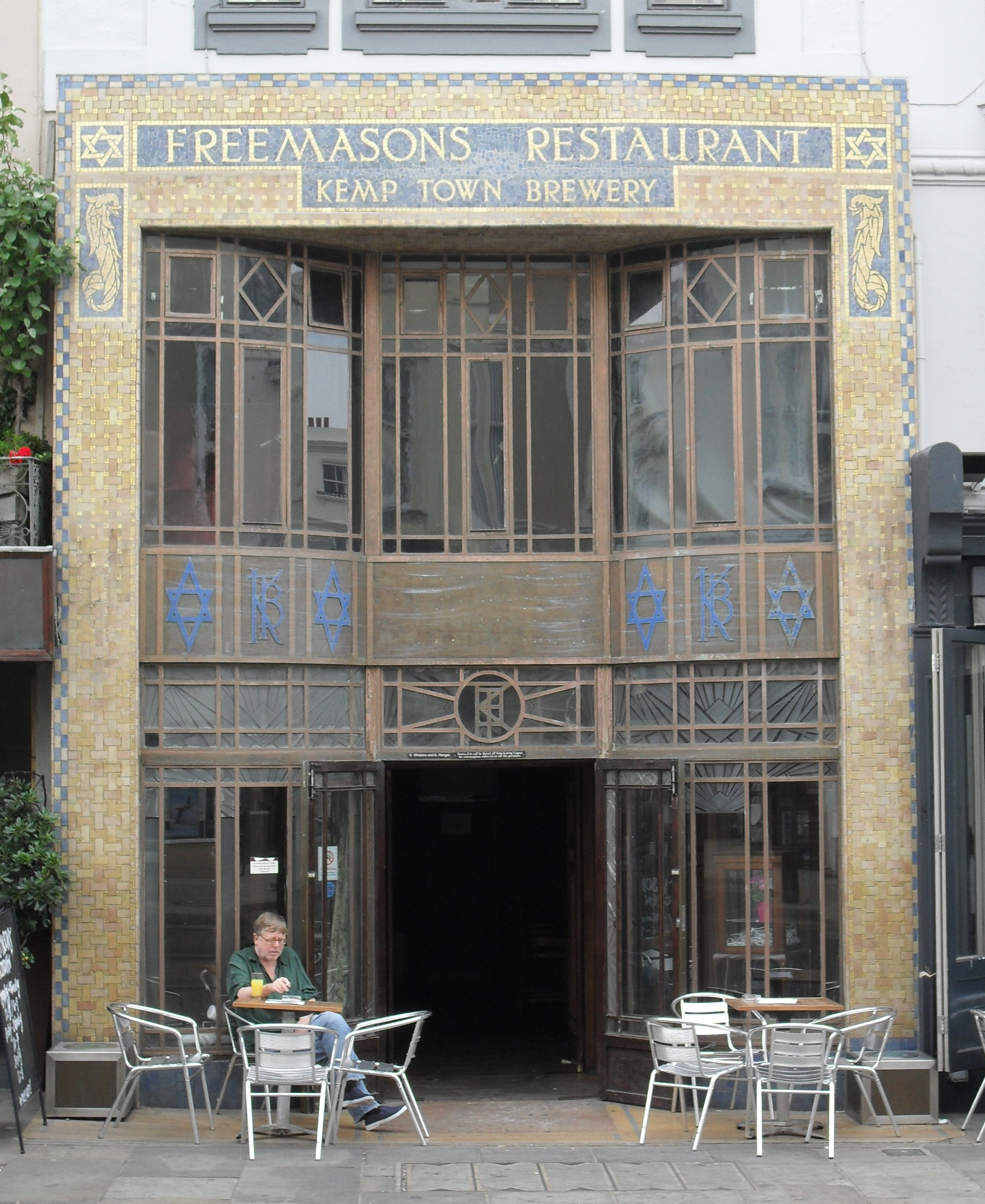 http://upload.wikimedia.org/wikipedia/commons/4/42/Freemasons_Restaurant,_Western_Road,_Hove_(Restaurant_Façade).jpg