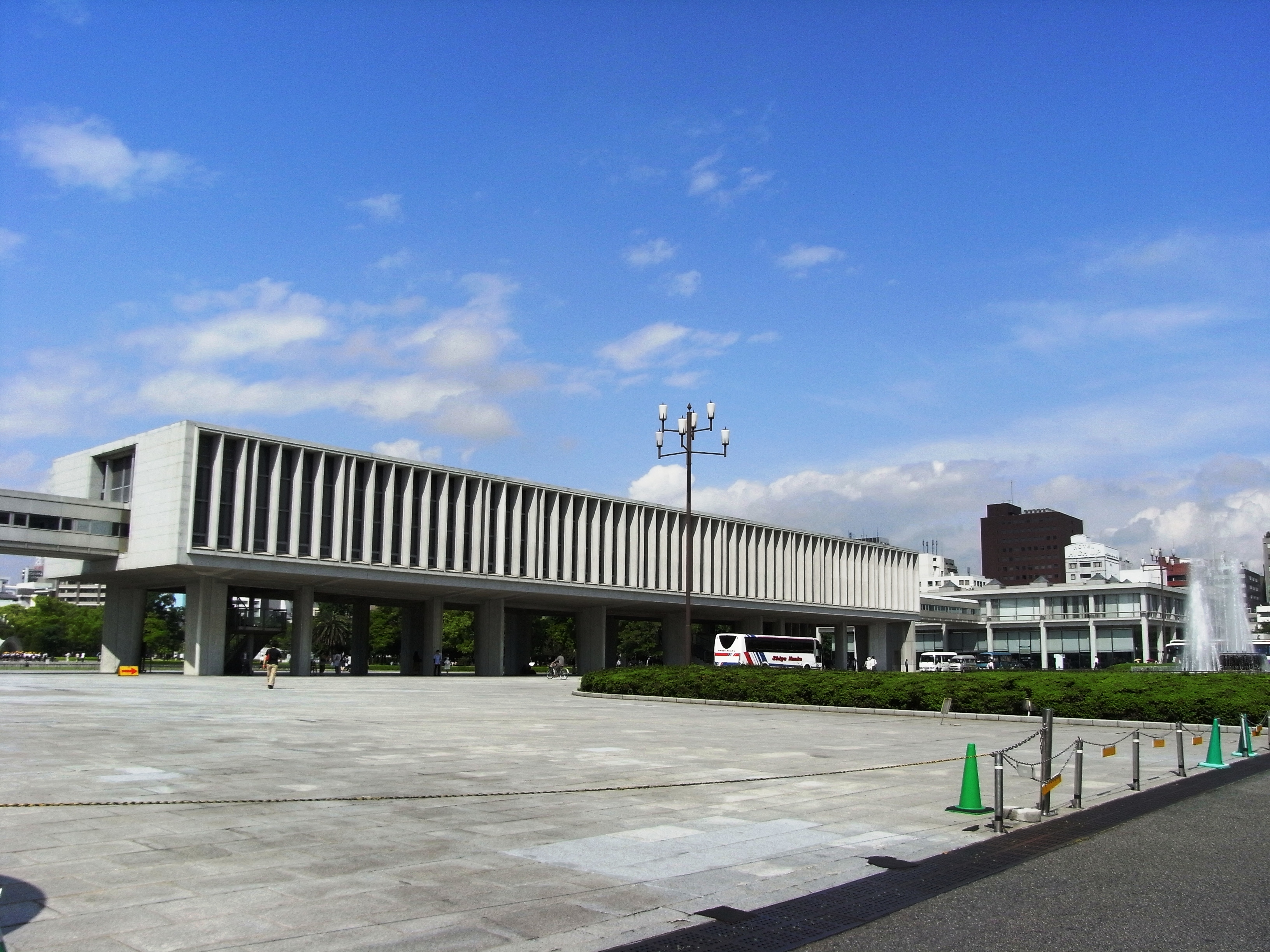 File:Hiroshima Peace Memorial Museum 2008 02.JPG - Wikimedia Commons