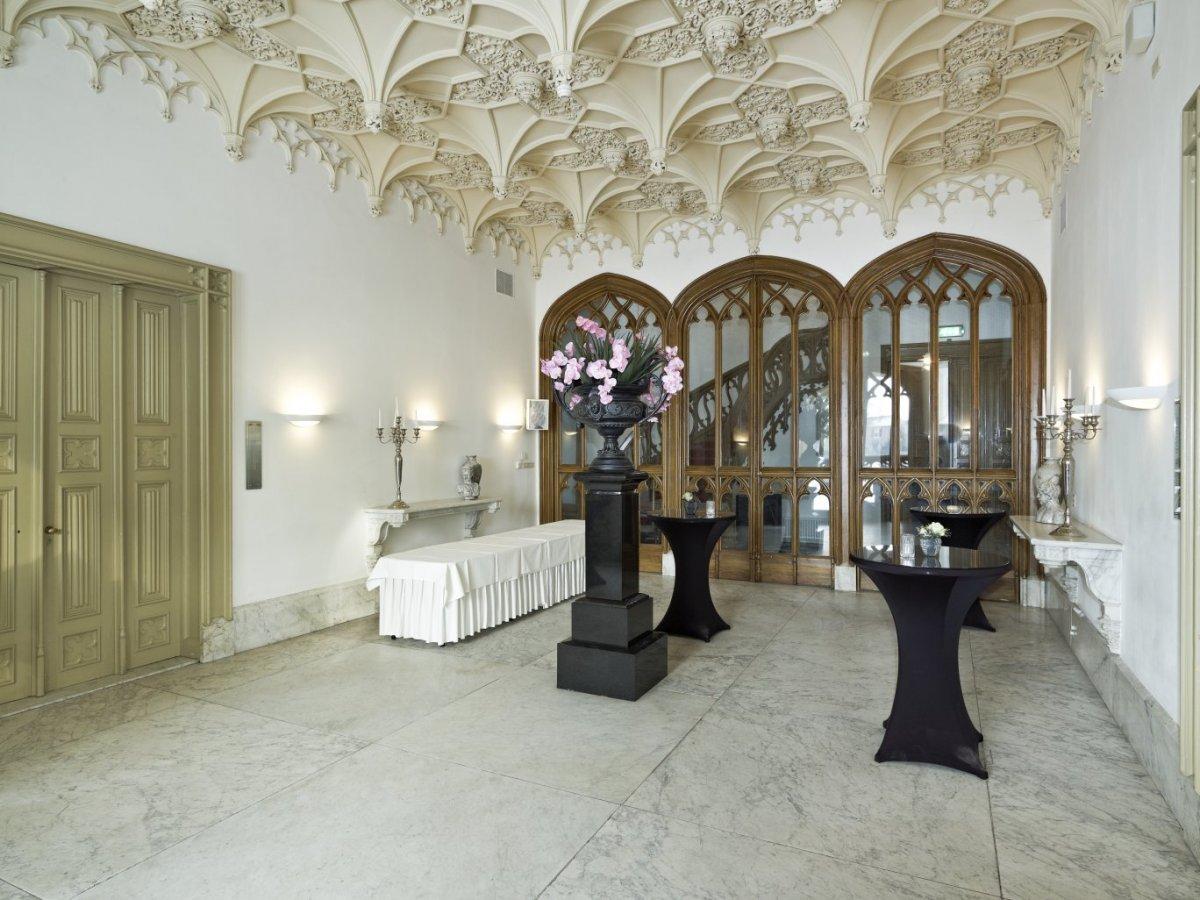 File:Interieur, overzicht hall met druipsteenstucplafond en ...
