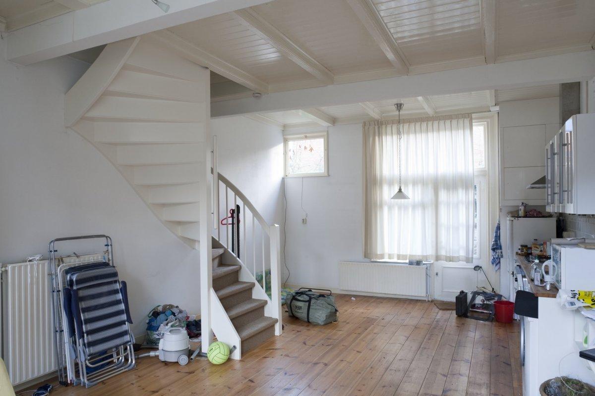 File interieur overzicht van de woonkamer met keuken met zicht op