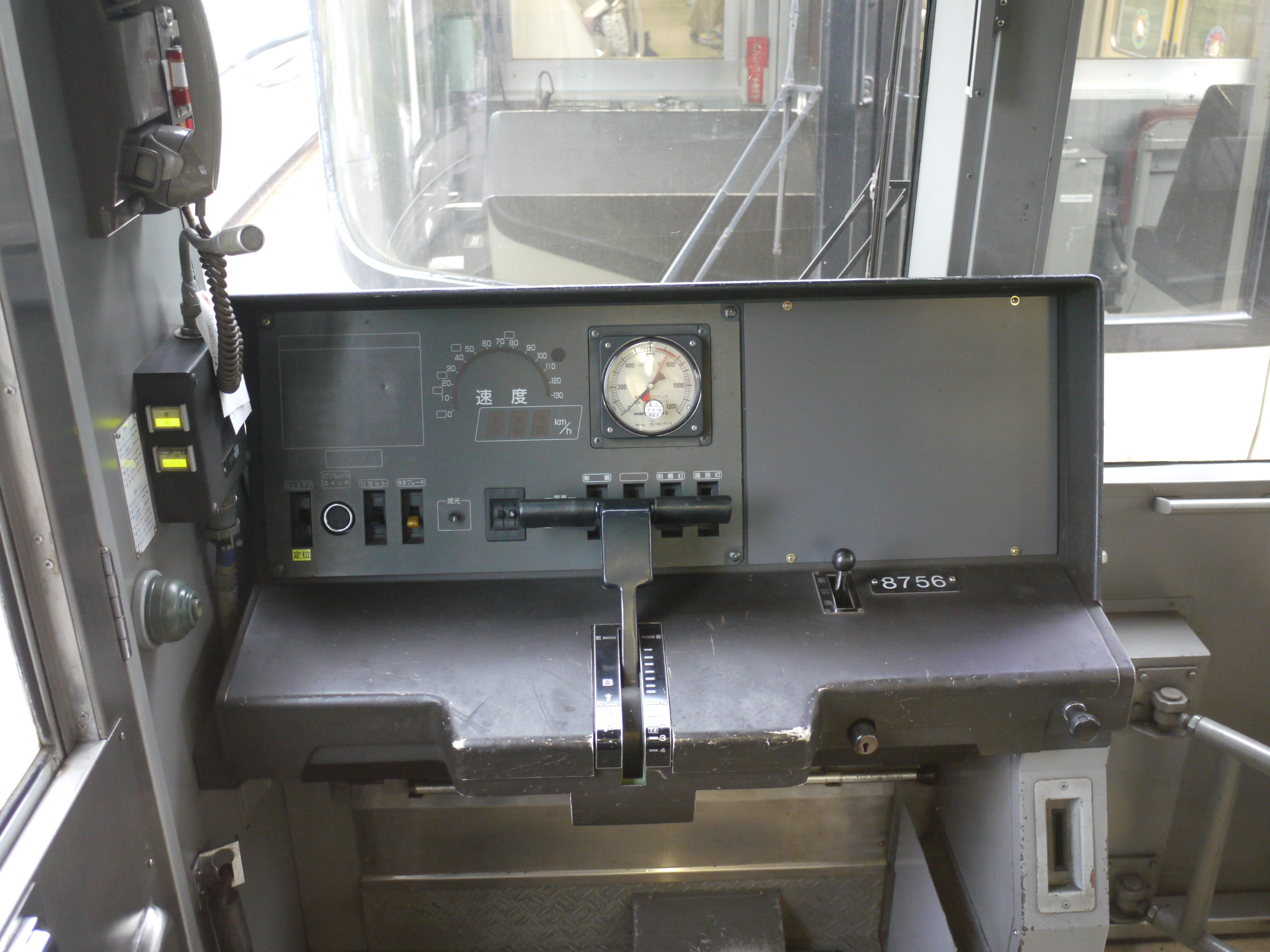 https://upload.wikimedia.org/wikipedia/commons/4/42/Keio_8000_Drivers_cab.JPG