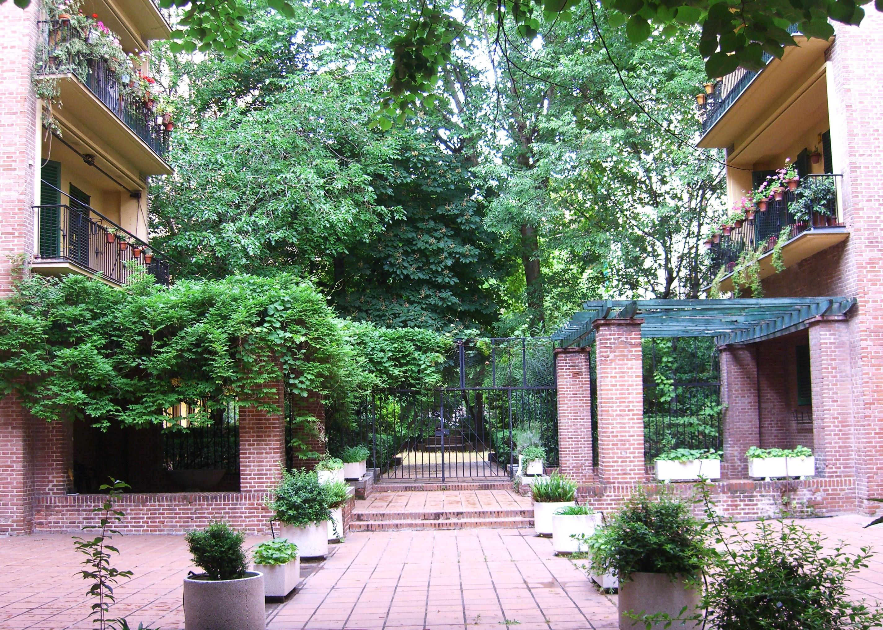 Acceso a la Casa de las Flores en el barrio de Argüelles, donde vivió Neruda mientras fue cónsul en Madrid. La casa fue bombardeada y casi totalmente destruida al estallar la guerra civil.