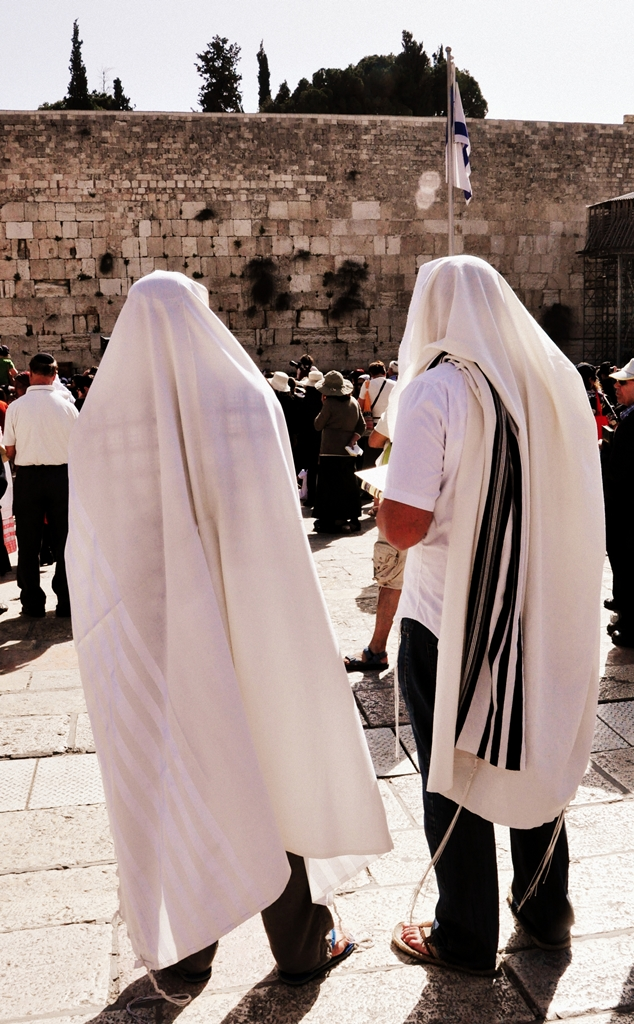 file men in tallit at the western wall     wikimedia commons