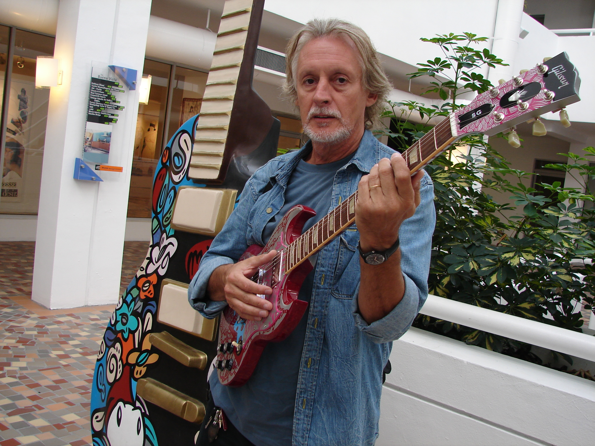 Nito Mestre con una Gibson SG.