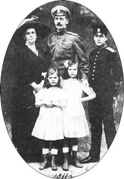 Fichier:Olga Valerianowna Paley with family.jpg