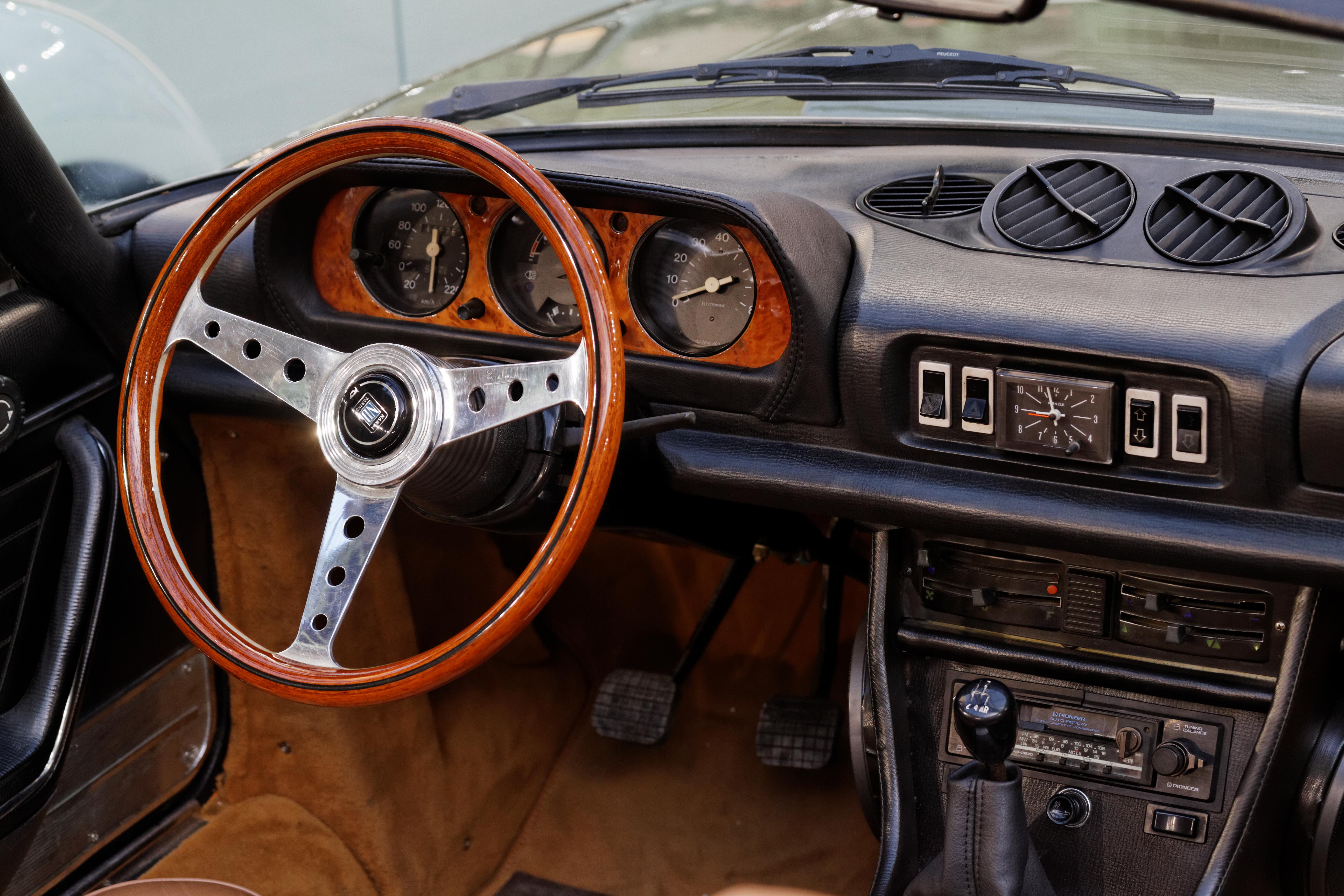File Paris Bonhams 2014 Peugeot 504 V6 Cabriolet 1975 005