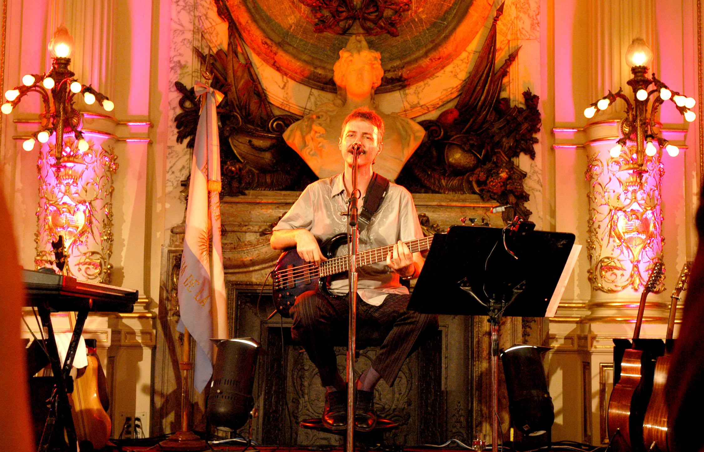 Pedro Aznar dando un recital en la Casa Rosada (Buenos Aires, 6 de mayo de 2005).
