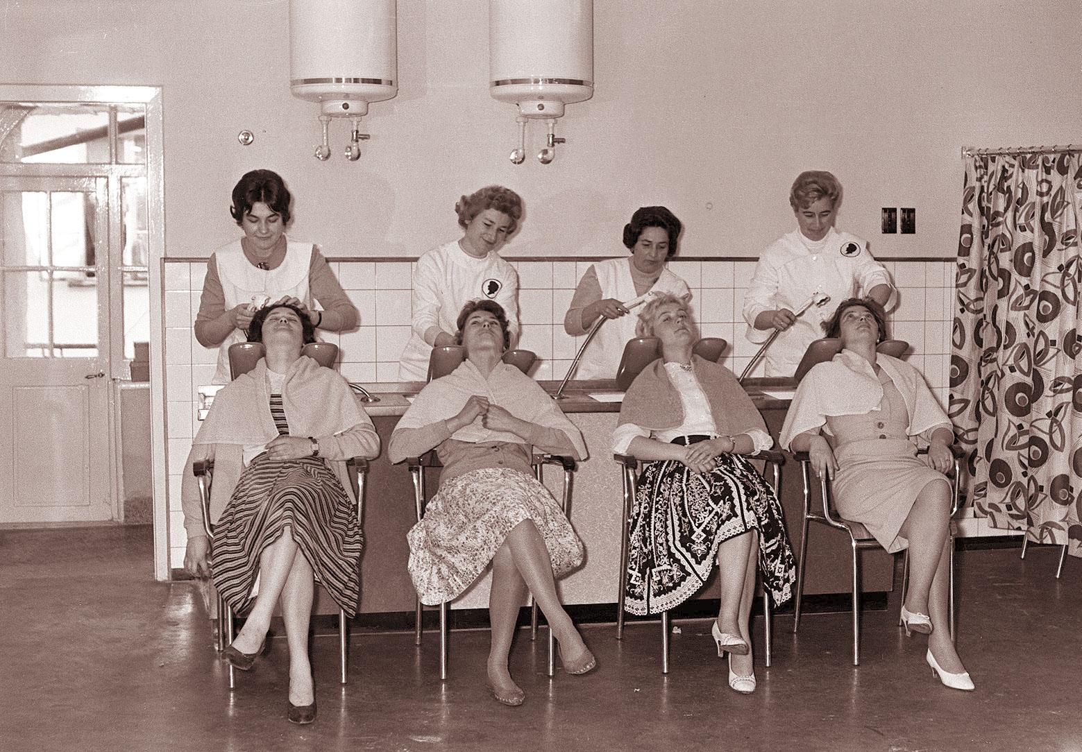 File prenovljeni frizerski salon v gosposki ulici v for 1950 s beauty salon
