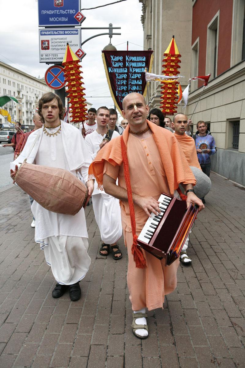 Russian Hare Krishnas singing on the street.jpg