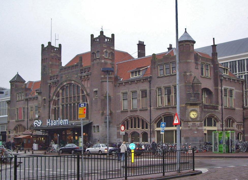 Station_Haarlem_Hoofdgebouw.jpg