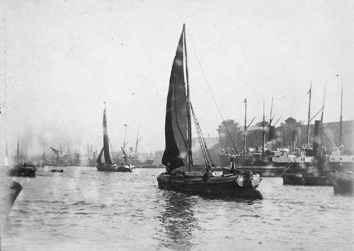 File:Thames barges near Butler's Wharf.jpg