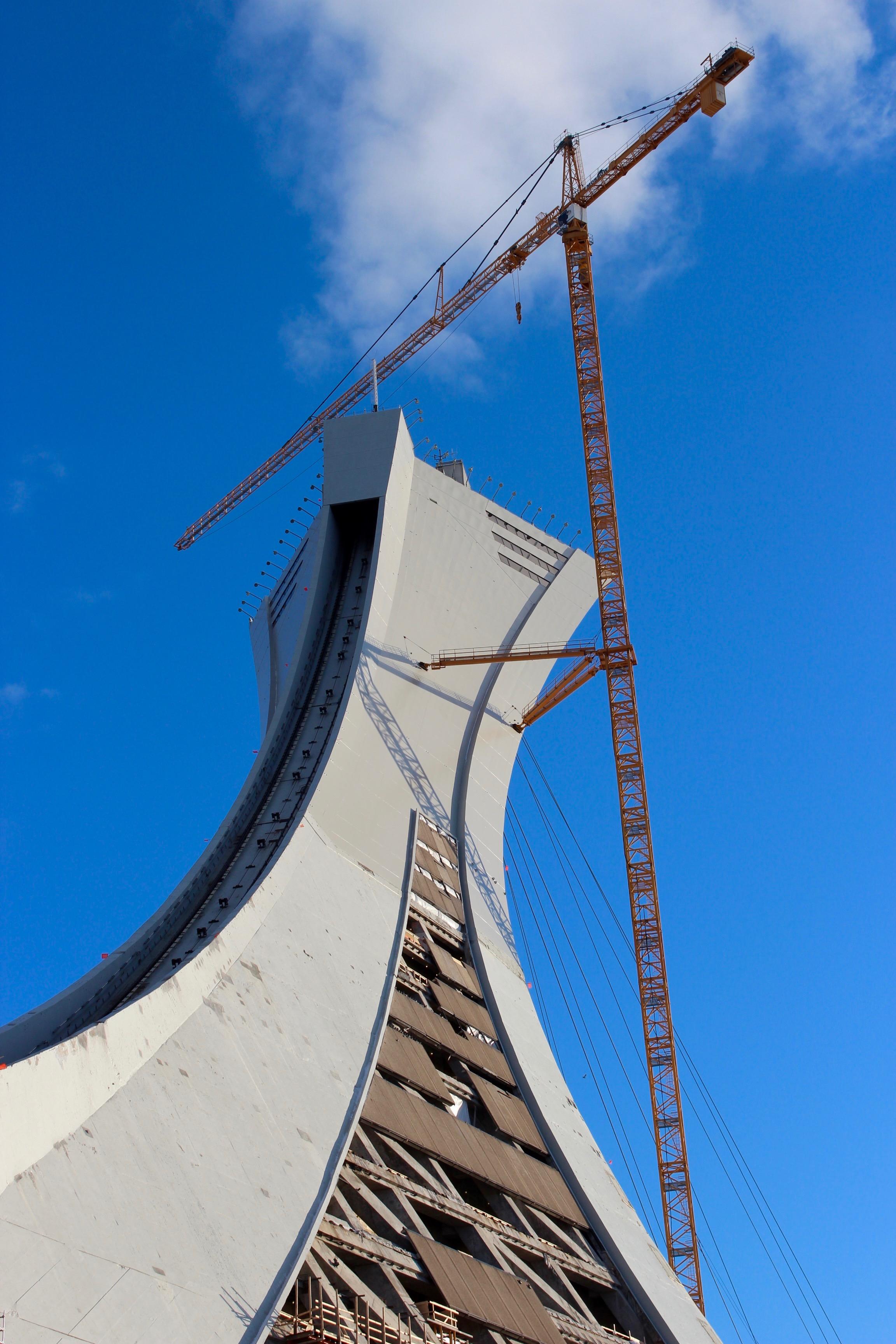 Tour de Montreal renovations 2016.jpg Français : Grue affixé a la Tour de Montréal pour sa rénovation. Plus haute grue du Canada en 2016.