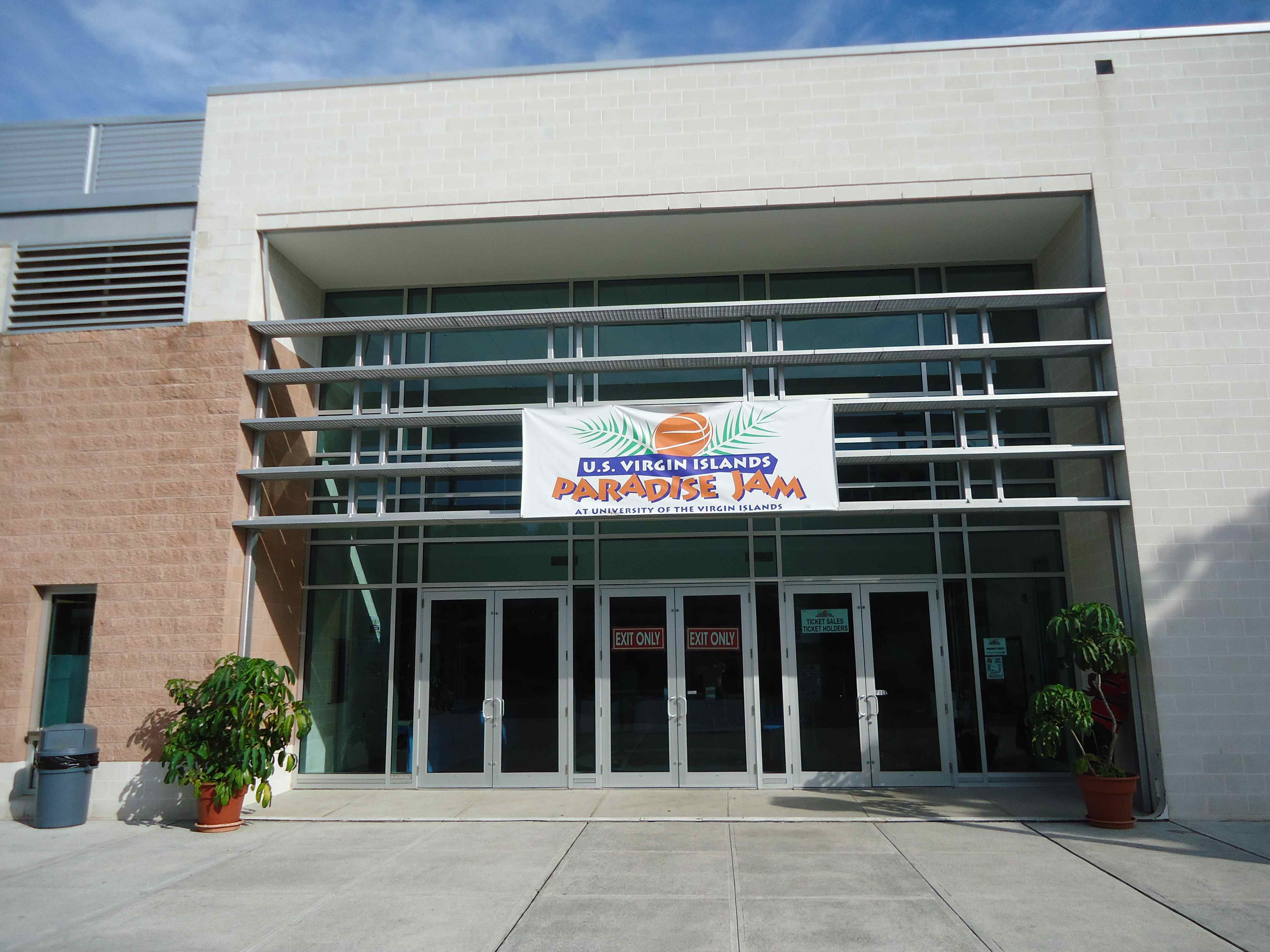 sports and fitness center The sports & fitness center and sports fields are located on the blankenbaker campus connect to others within the southeast christian church community through sports .