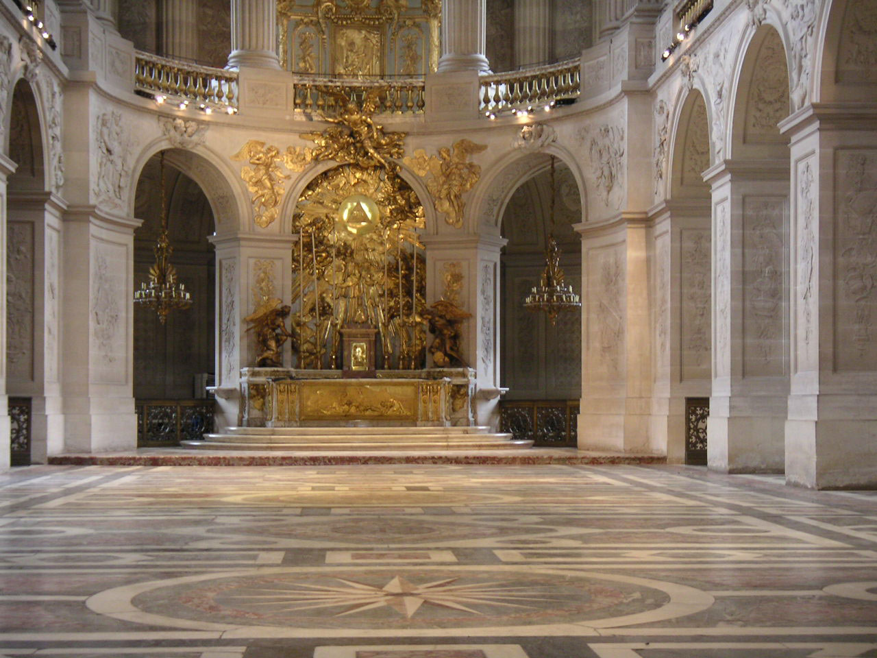 https://upload.wikimedia.org/wikipedia/commons/4/42/Versailles%2C_Chapelle_royale.jpg