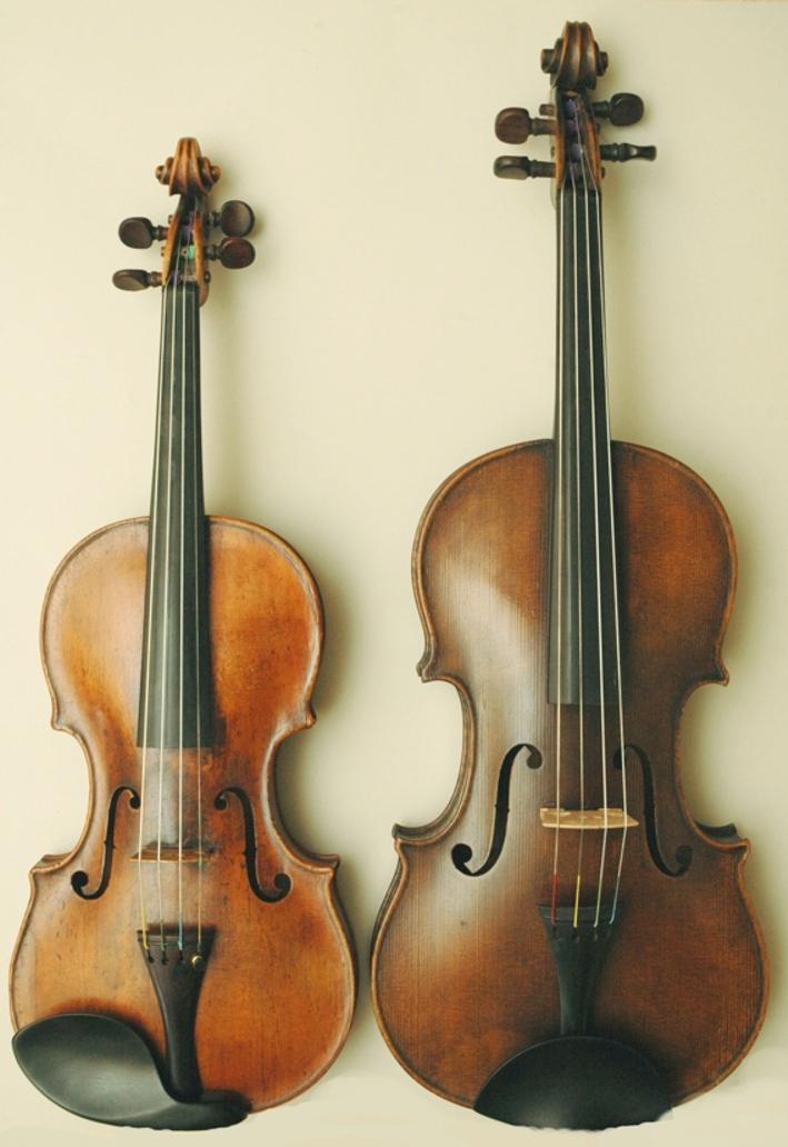 La viola (derecha) es más grande que el violín (izquierda).