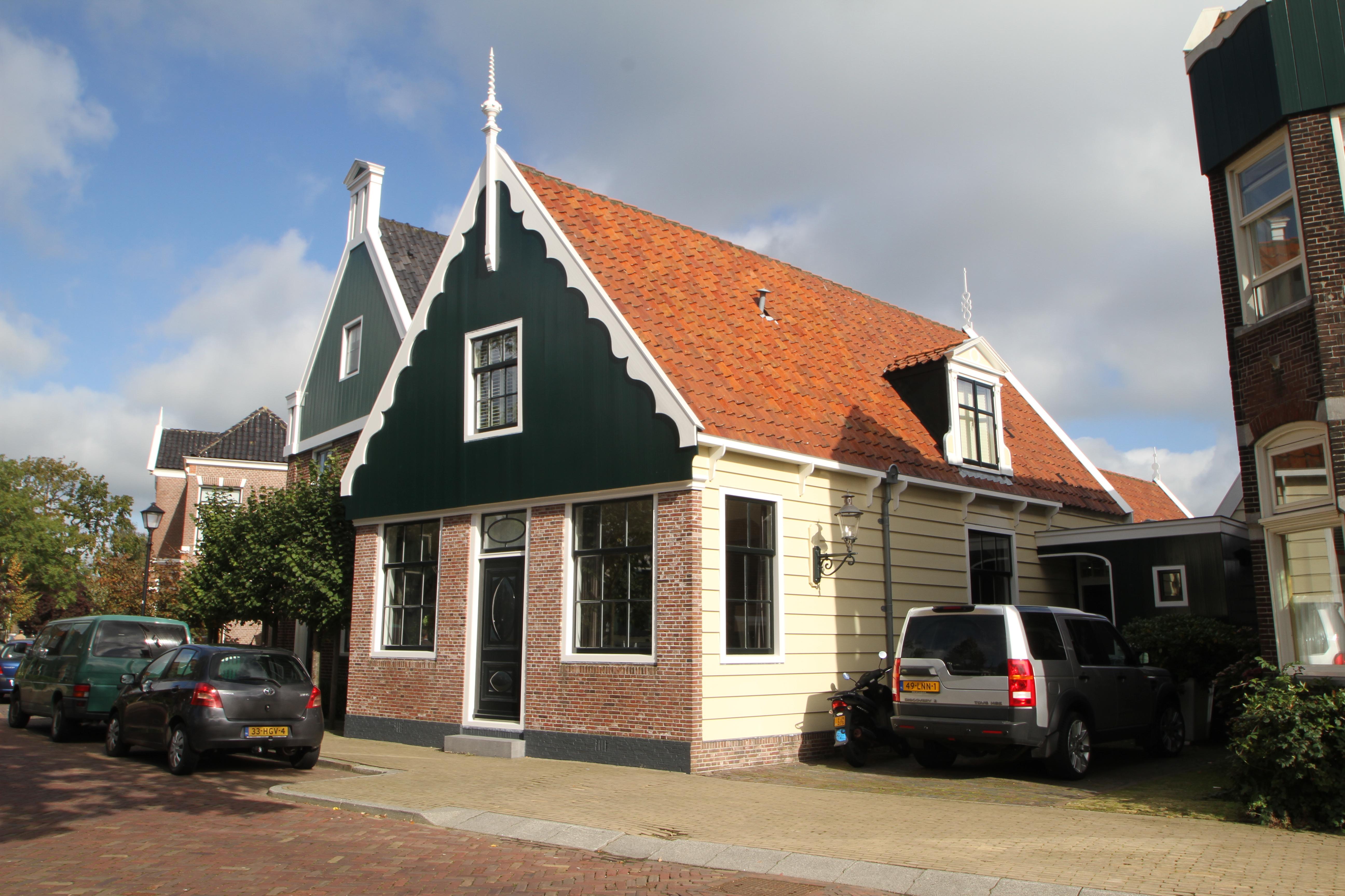 Zaans houten huis onder pannen zadeldak tussen puntgevels in zaandijk monument - Houten huis ...