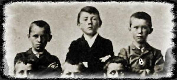 Adolf Hitler (Mitte) als Schuljunge um 1900