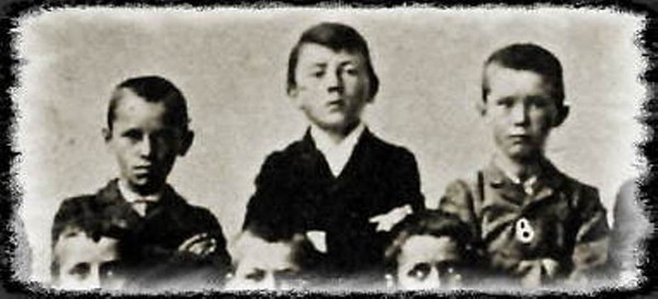 Hitler (center) with his classmates. 1900.