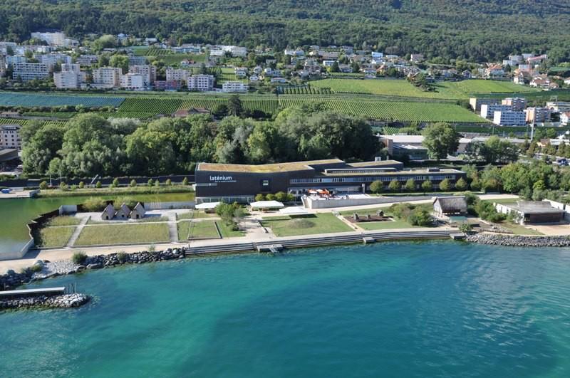 Museum Laténium und Archäologischer Park am Hafen von Hauterive. Archives du Laténium photo aérienne du musée, parc archéologique et partie de la baie