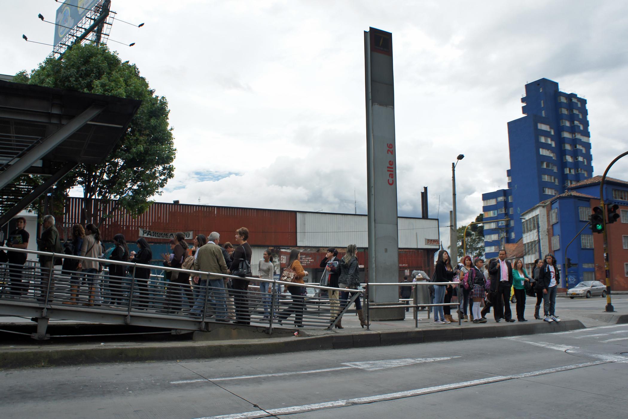 File Bog 04 2012 Transmilenio Estacion Calle 26 1297 Jpg Wikimedia Commons