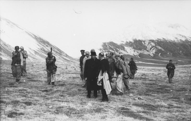 اغاره Gran Sasso ...تحرير الكوماندوس الألماني للزعيم الفاشي موسوليني من سجنه  Bundesarchiv_Bild_101I-567-1503A-04%2C_Gran_Sasso%2C_Mussolini%2C_Fallschirmj%C3%A4ger