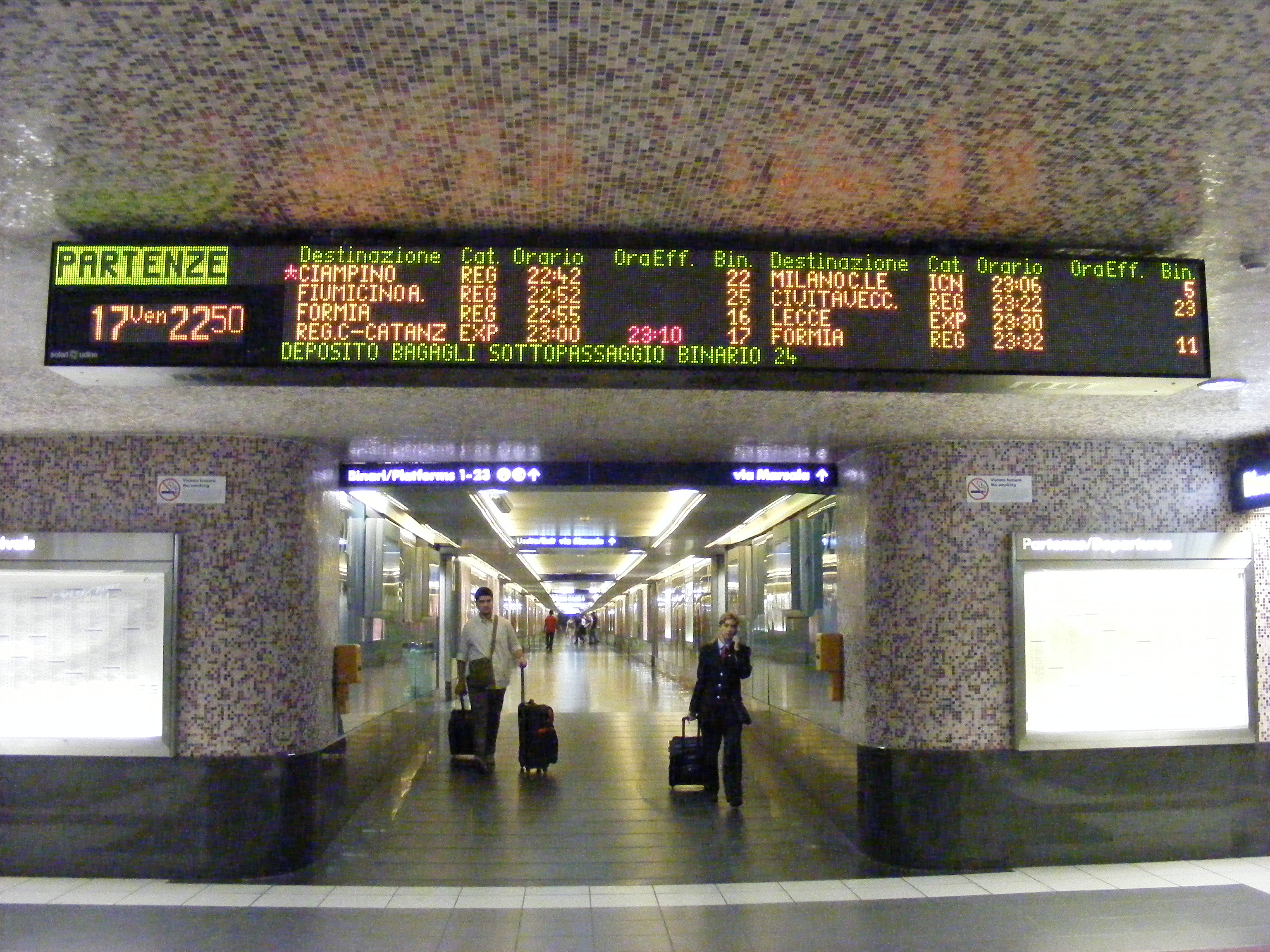 File:Electronic departure sign at Stazione Termini (Rome).jpg - Wikimedia  Commons