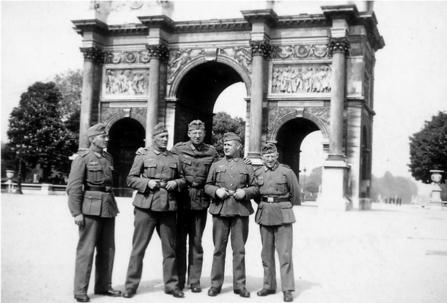 Five uniformed German soldiers in front of the Arc de Triomphe