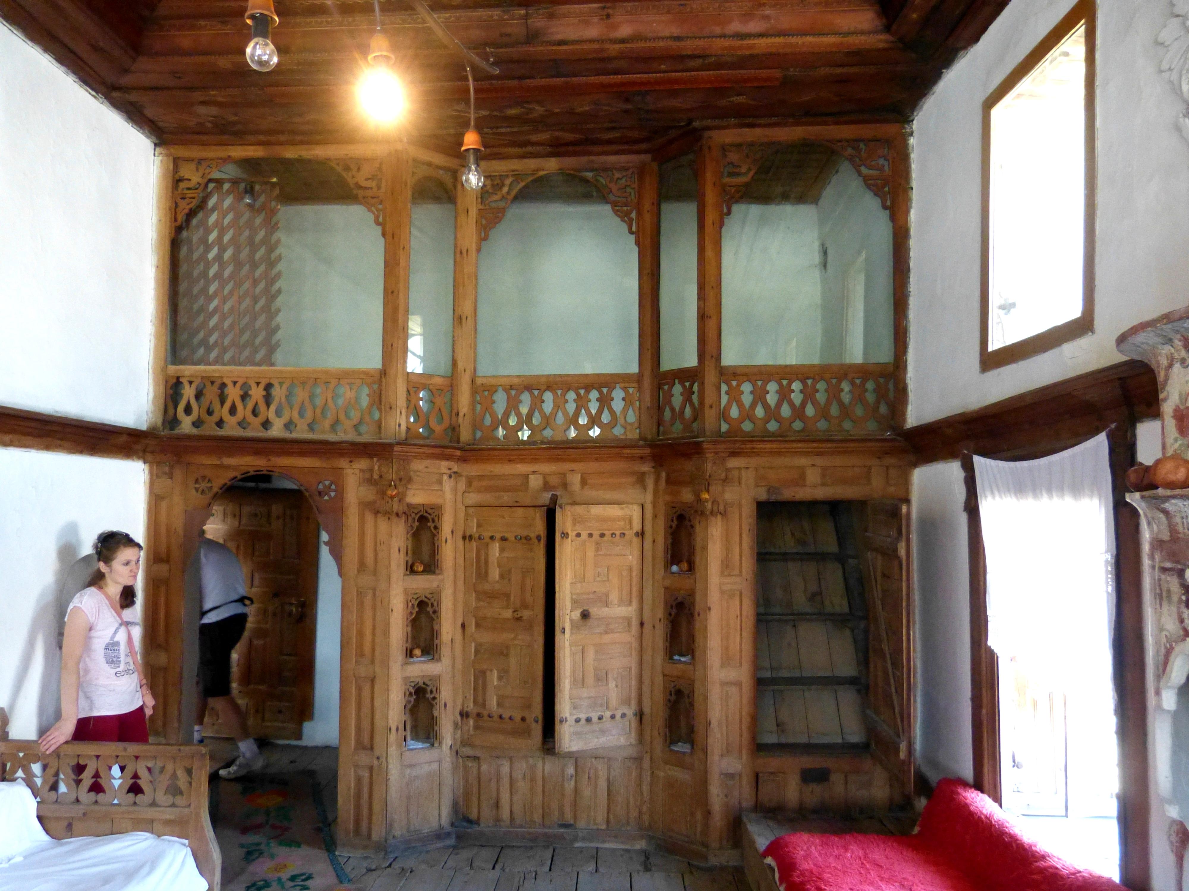 File:Gjirokastër Skenduli Haus   Sommergeschoss 6a Festsaal Empore