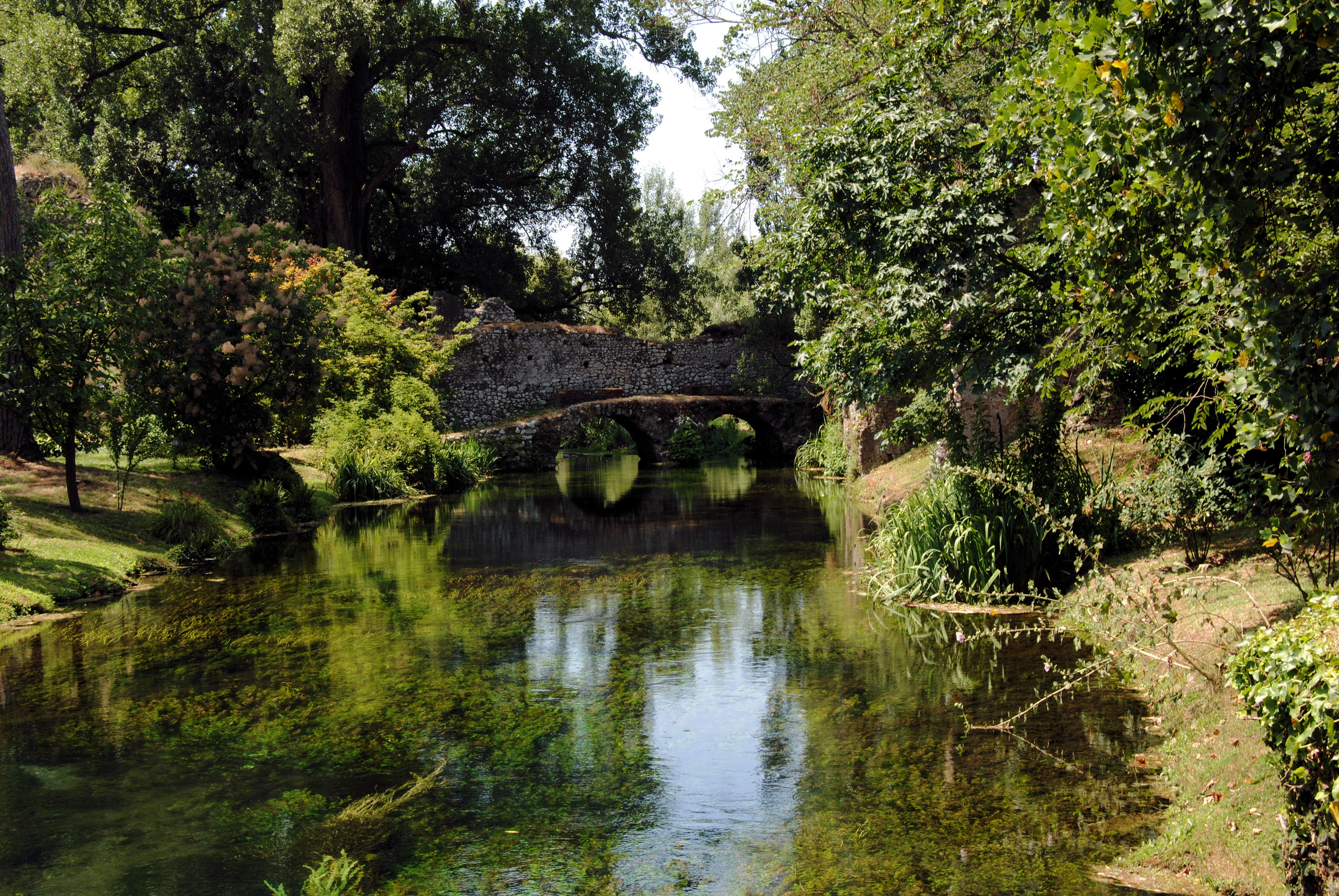 File il ponticello jpg wikimedia commons for I giardini di ninfa lazio