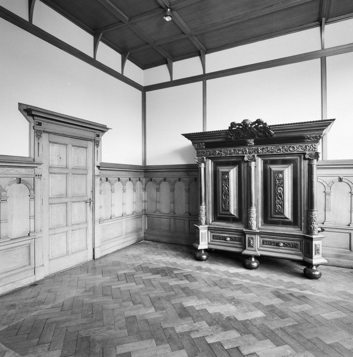 File:Interieur directiekamer- hoek met hout lambrisering, deur met ...