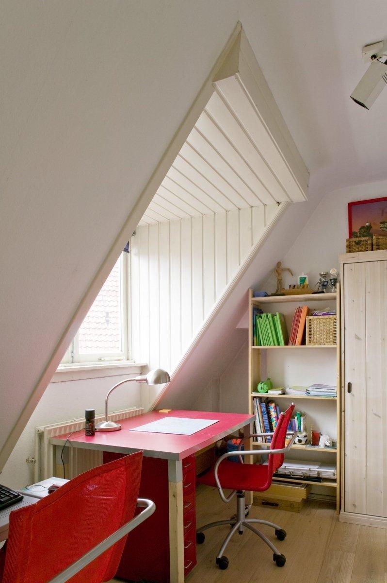 File:Interieur slaapkamer op de tweede verdieping met dakkapel ...
