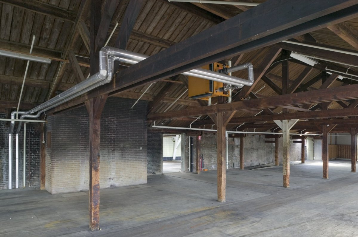 File interieur tweede verdieping overzicht van ruimte met houten spanten en kapconstuctie voor - Ruimte model kamer houten ...