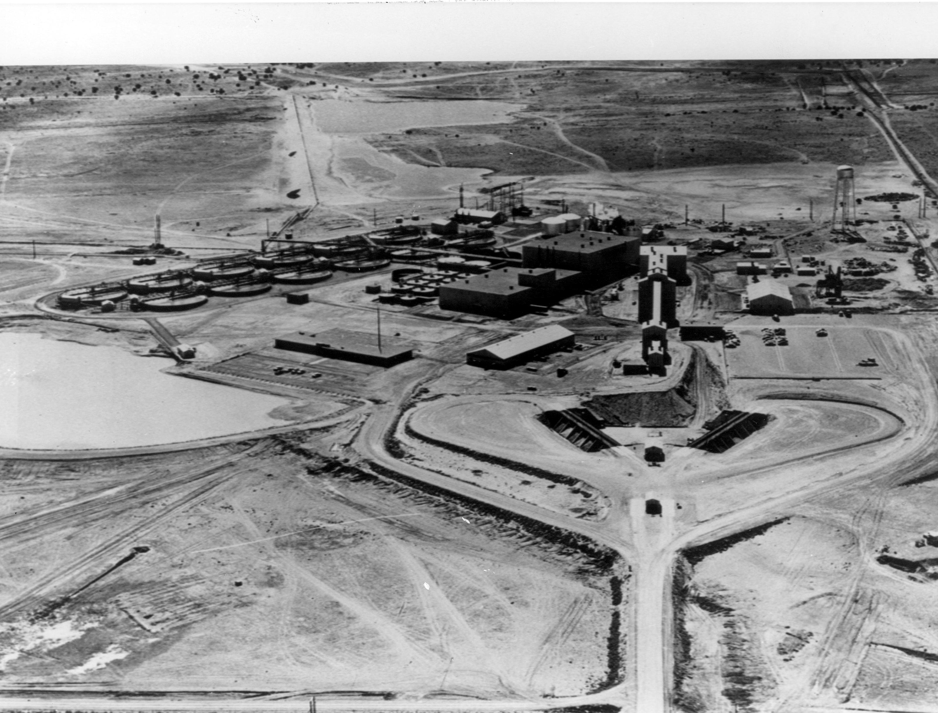 https://upload.wikimedia.org/wikipedia/commons/4/43/Kerr-McGee_Uranium_mill,_Grants_NM.jpg