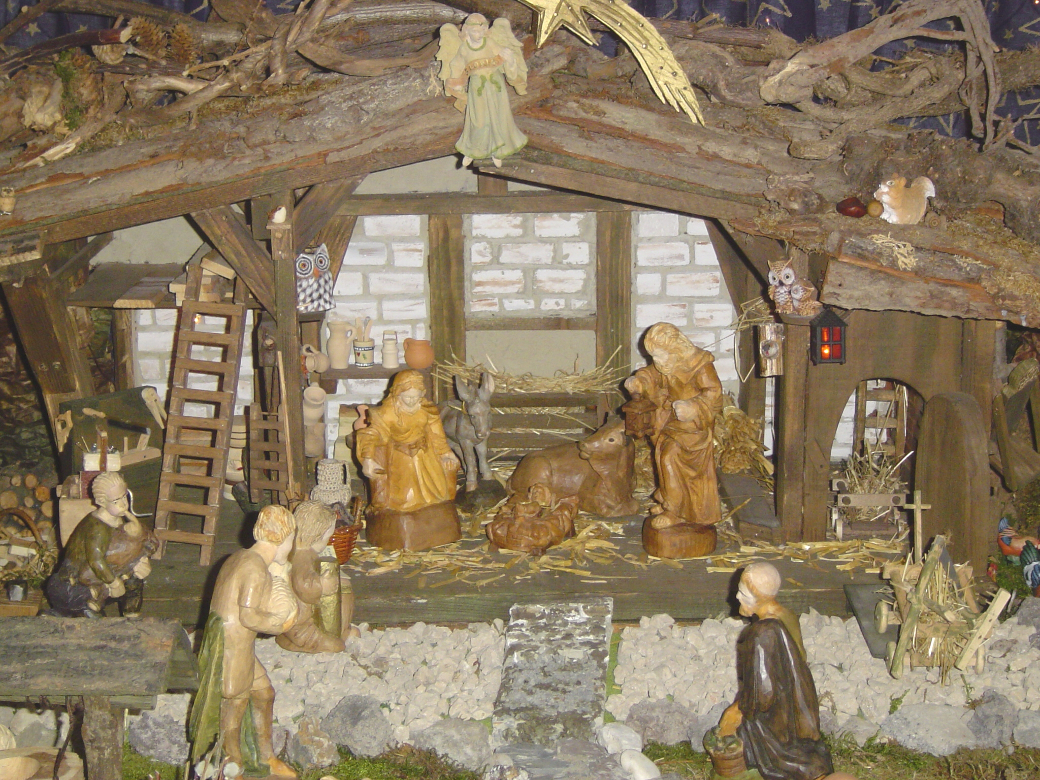 Krippe crib family w shepherds.jpg