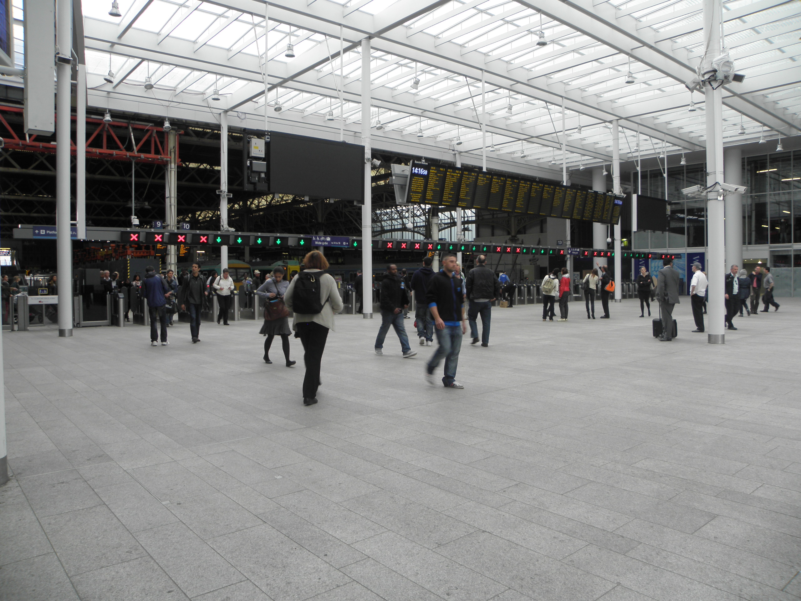 London Bridge railway stn concourse 2012 01.jpg