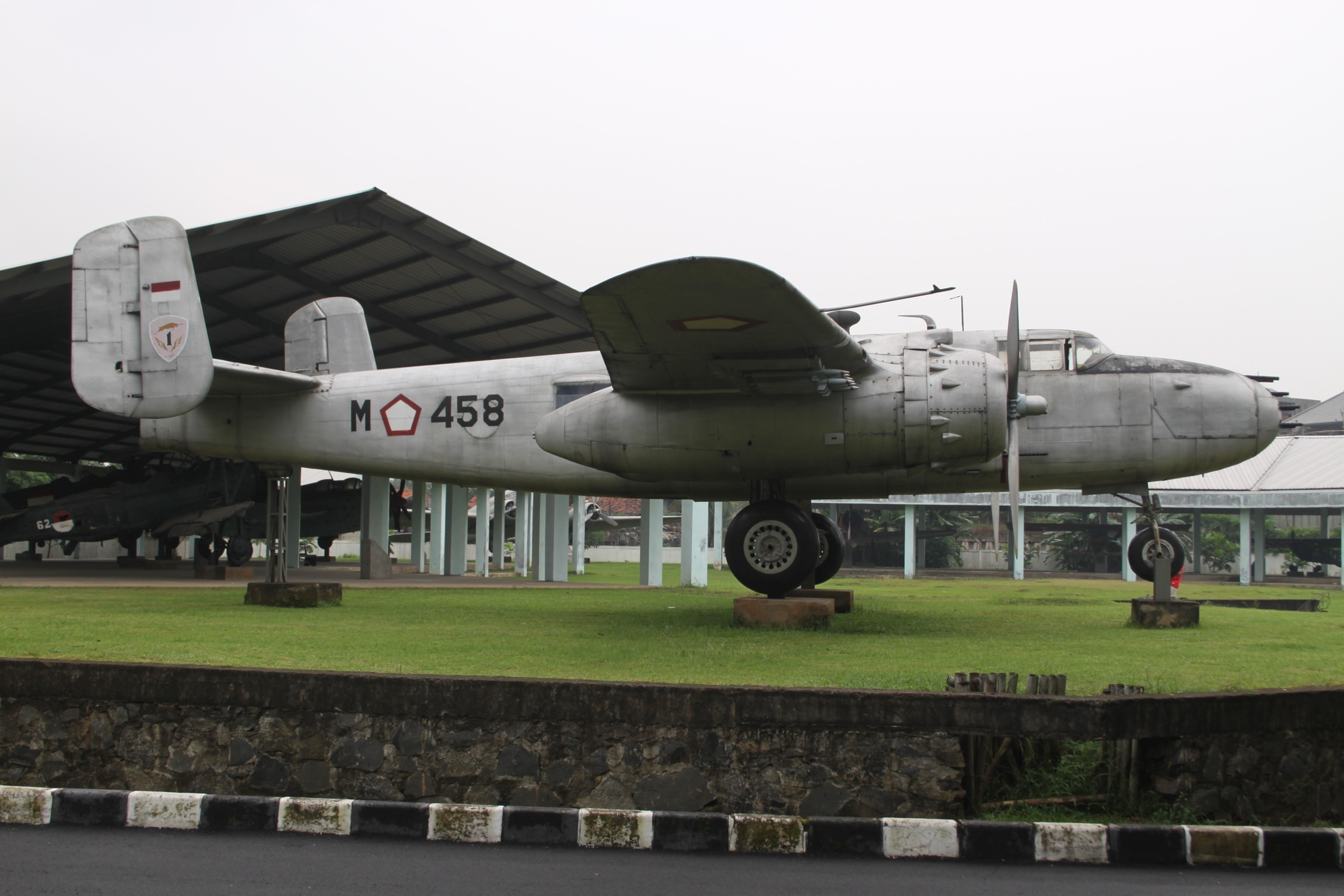 https://upload.wikimedia.org/wikipedia/commons/4/43/M-458_NA_B-25_Mitchell_Indonesian_Airforce_%287168661149%29.jpg