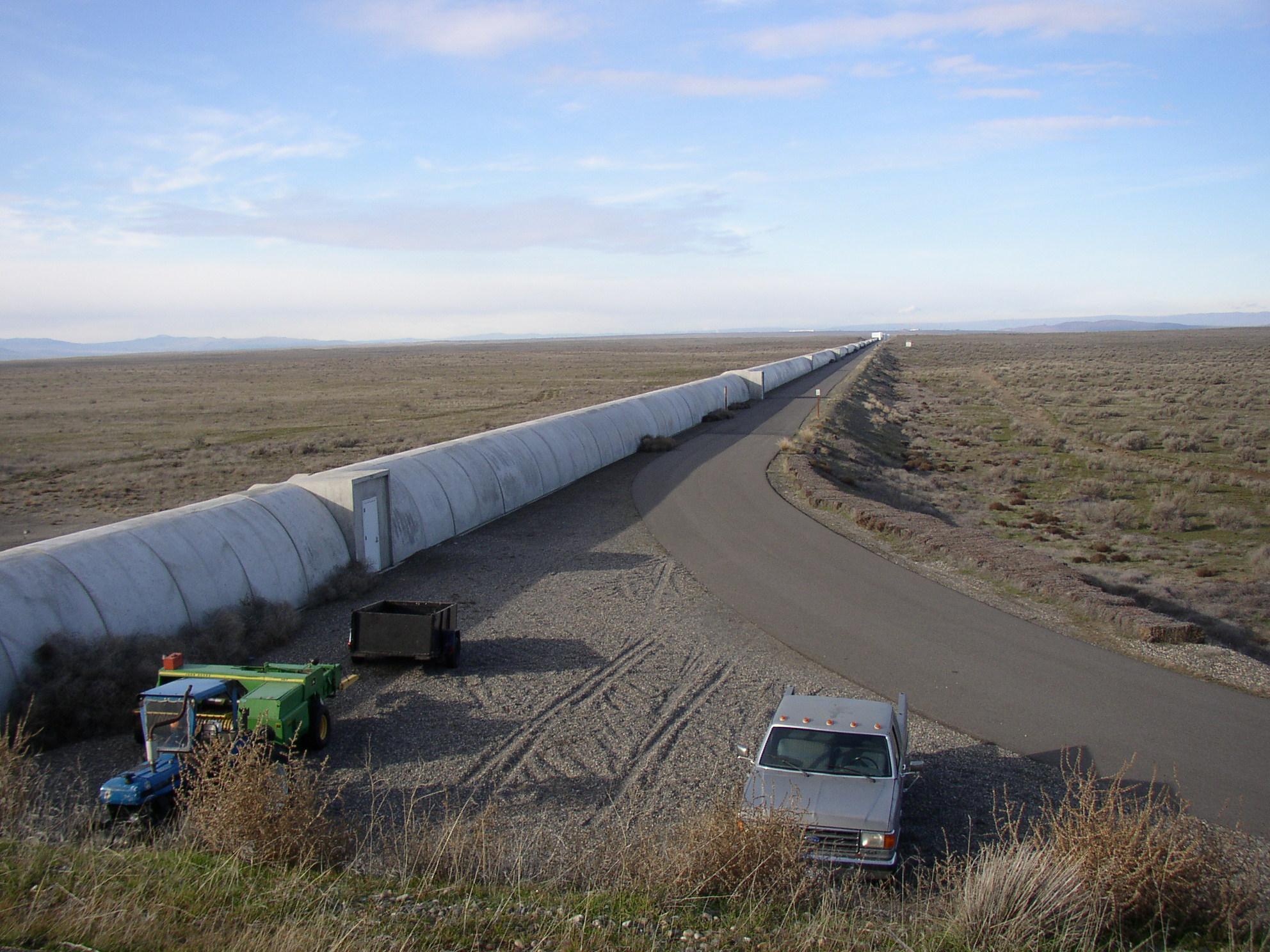 https://upload.wikimedia.org/wikipedia/commons/4/43/Northern_leg_of_LIGO_interferometer_on_Hanford_Reservation.JPG