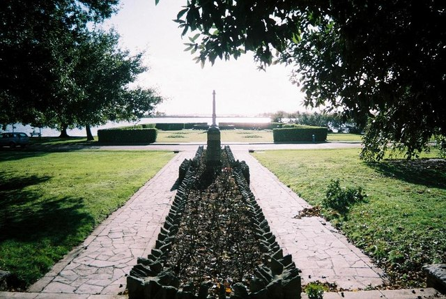 Poole Park, war memorial and lake - geograph.org.uk - 521822
