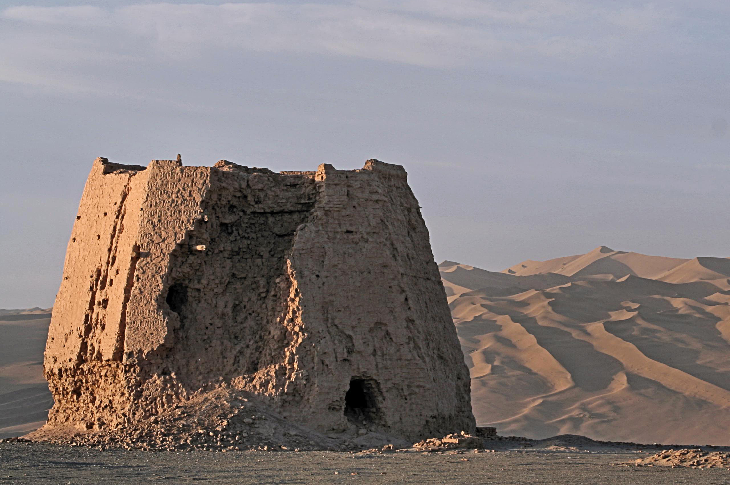 https://upload.wikimedia.org/wikipedia/commons/4/43/Summer_Vacation_2007%2C_263%2C_Watchtower_In_The_Morning_Light%2C_Dunhuang%2C_Gansu_Province.jpg