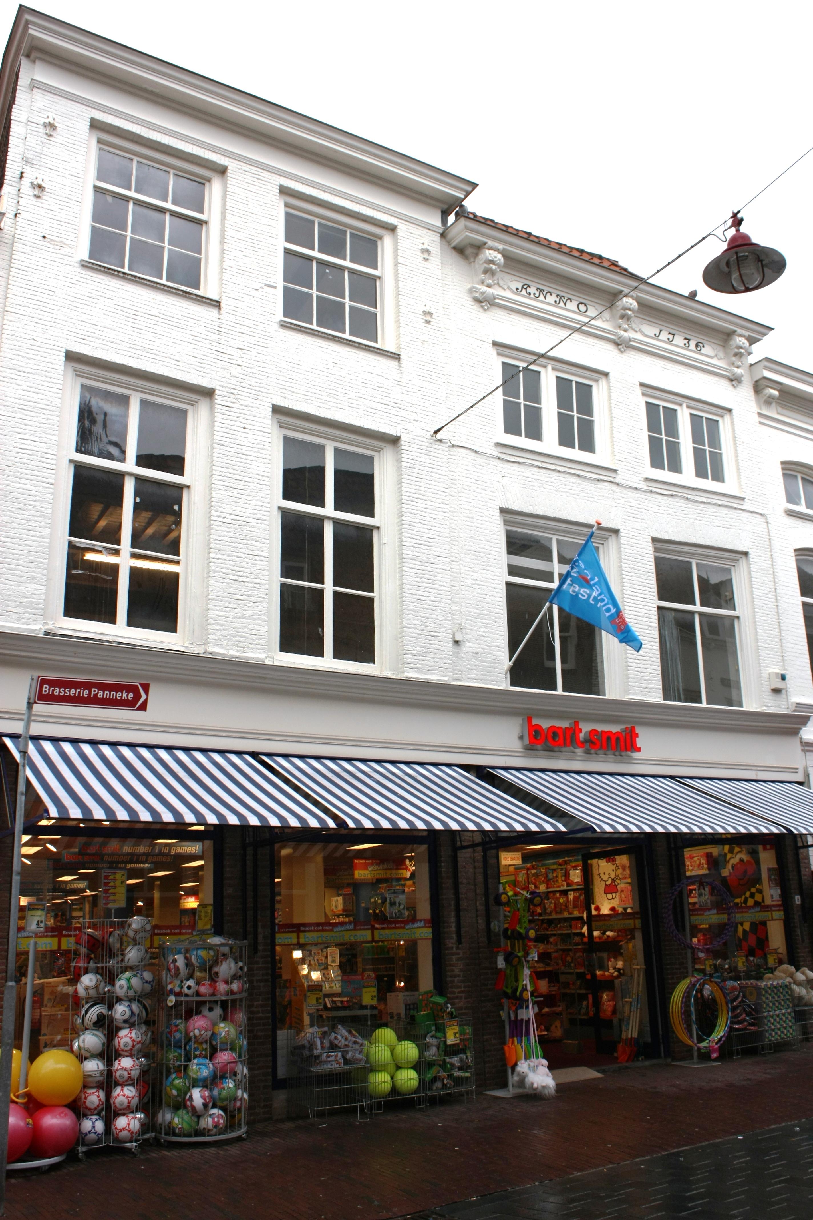 Huis met rechte gevel en in panelen jaartal in middelburg monument - Provencaalse huis gevel ...
