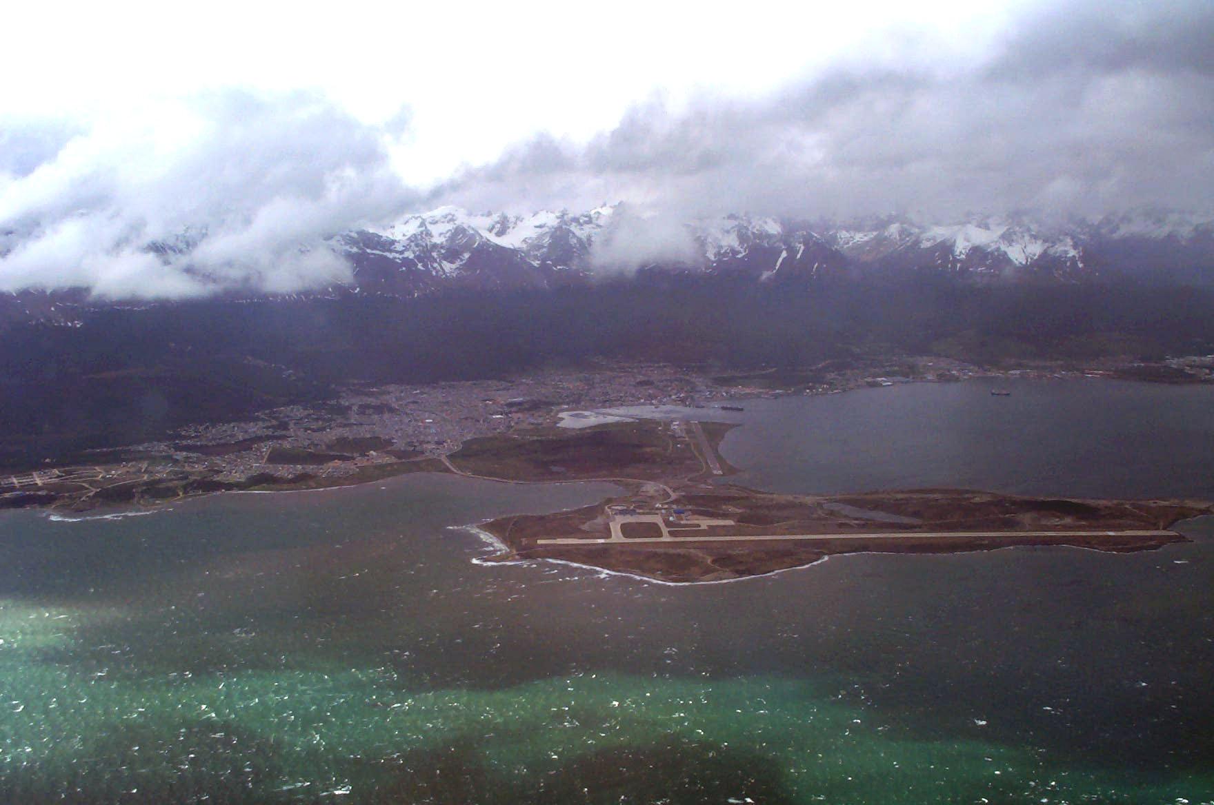 Aeropuerto_y_bah%C3%ADa_de_Ushuaia_-_panoramio.jpg