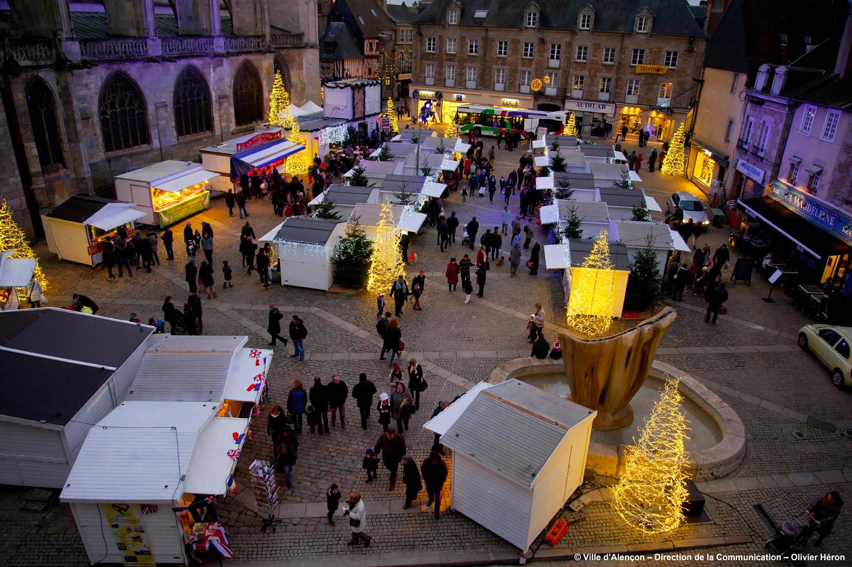 File:Alençon   Le Place de la Magdeleine   le Marché de Noël.