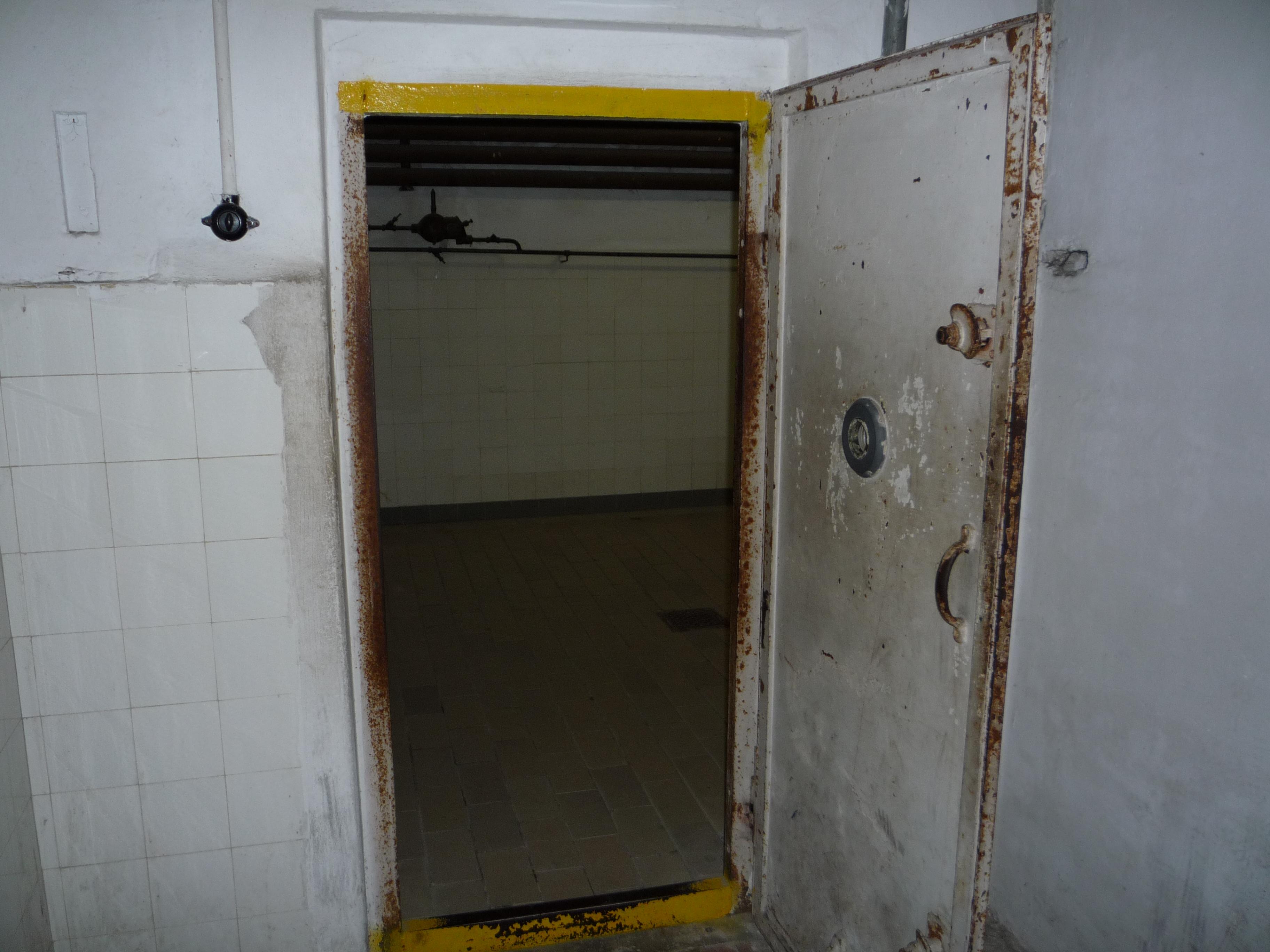 file autre porte de la chambre gaz du camp de concentration de mauthausen jpg wikimedia commons. Black Bedroom Furniture Sets. Home Design Ideas