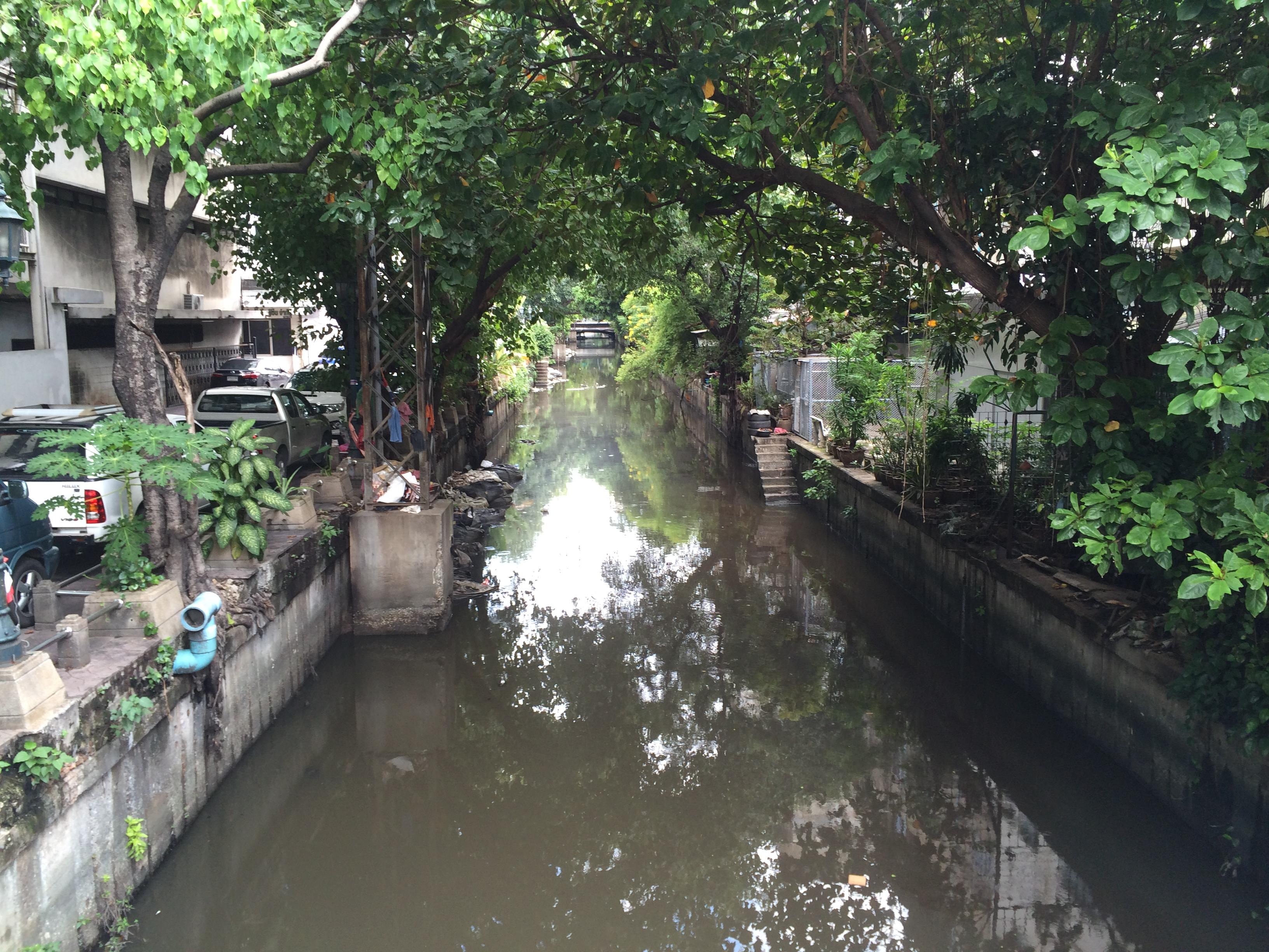 File:Bangkok Khlong Rop Mueang canal from charoen krung ...