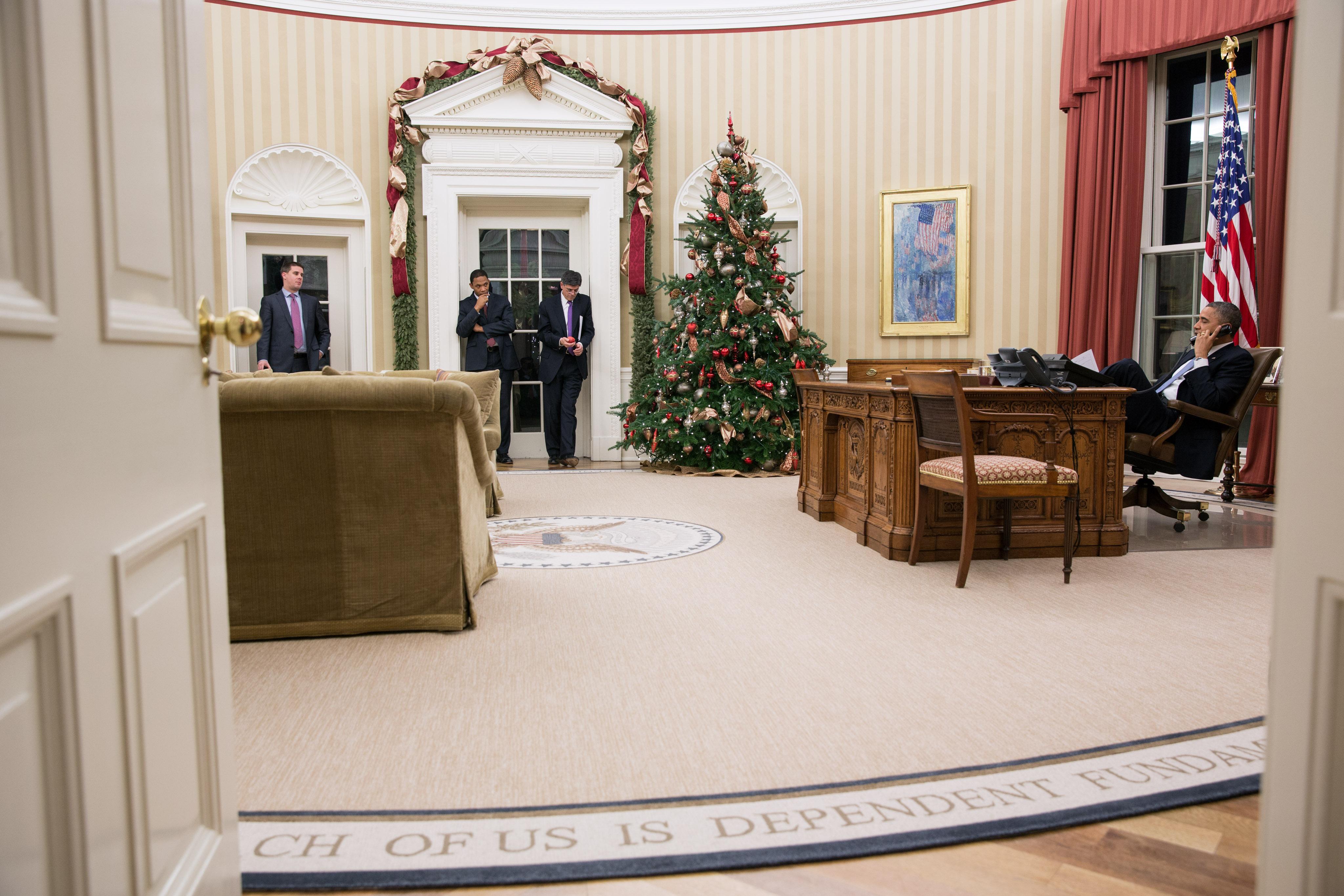 File Barack Obama On The Telephone To John Boehner Jpg Wikimedia