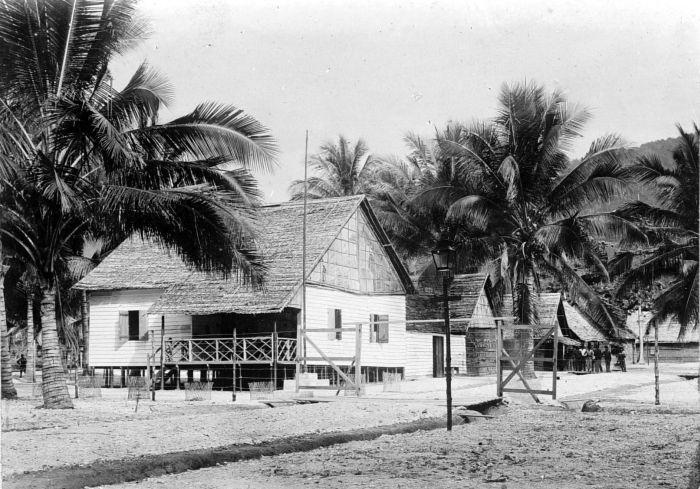 File:COLLECTIE TROPENMUSEUM Officierswoning in het militair bivak te Banggaai aan de Oostkust van Celebes TMnr 10002033.jpg