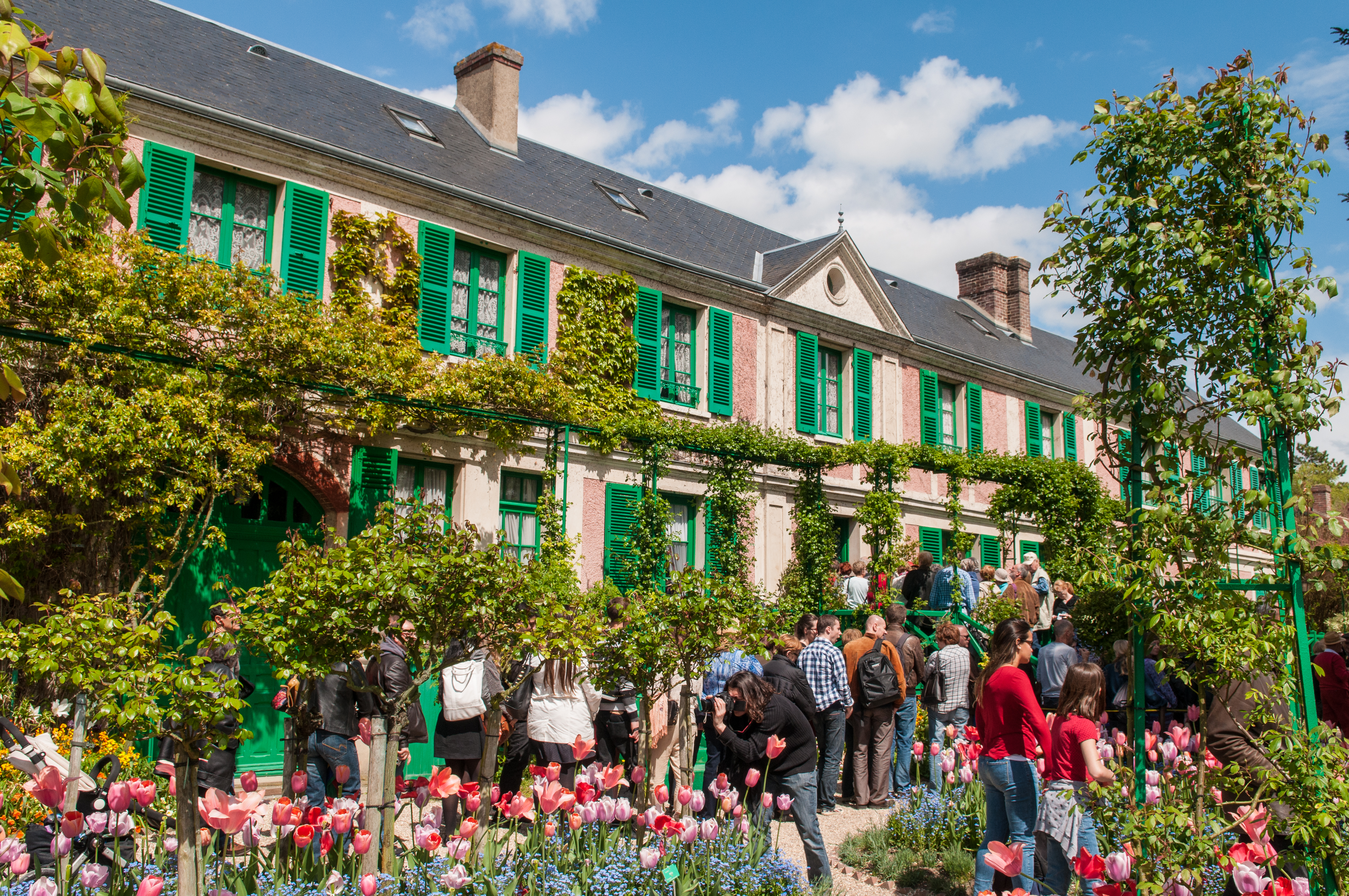 File:Claude Monet house and garden in Giverny (8741490771).jpg ...