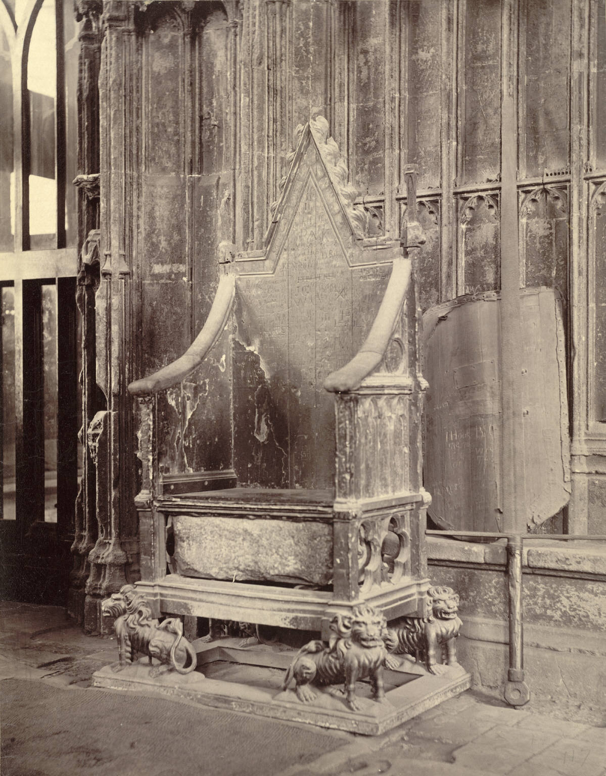 FileCoronation Chair with Stone of Scone Westminster Abbey (3611549960).jpg & File:Coronation Chair with Stone of Scone Westminster Abbey ...