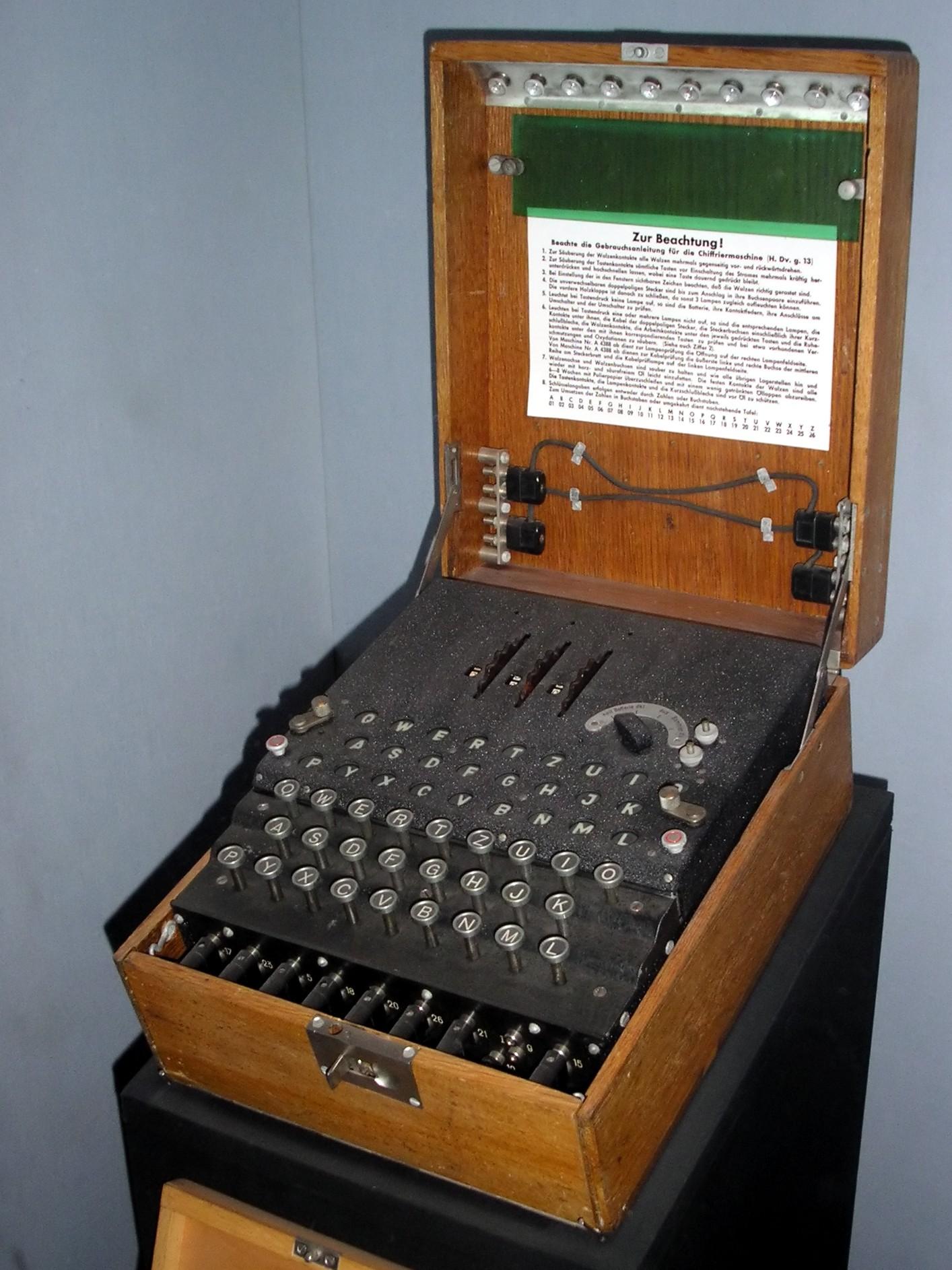 מכונות להצפנה ולפענוח של מסרים טקסטואליים, ששימשו את הכוחות הגרמנים והאיטלקים במלחמת העולם השנייה